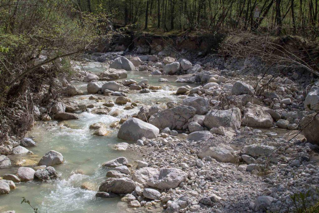 Veduta sul torrente Leno, dal bel colore verde acqua. Sentiero dei Pintareni