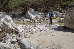 Sorta di spiaggia naturale lungo la sponda del torrente Leno, sentiero dei Pintareni