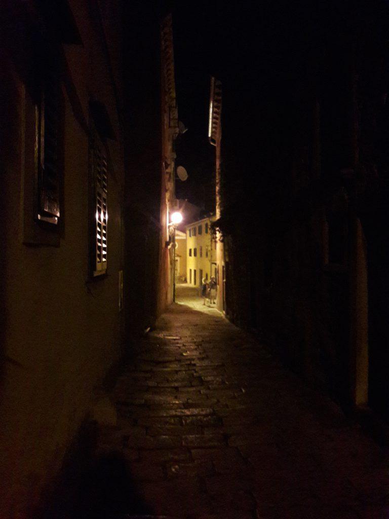 Vicolo della Città Vecchia di Labin, alla sera